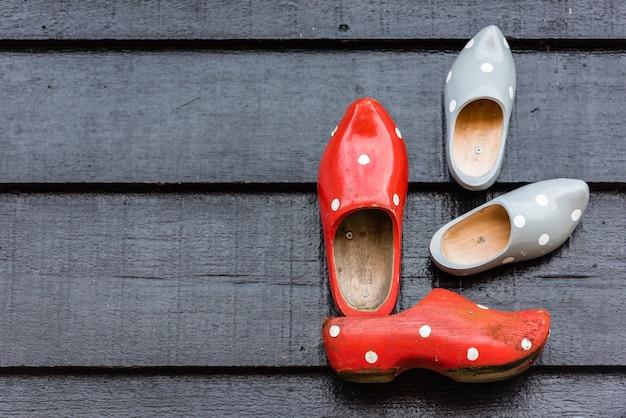 벽에 걸려 있는 전통적인 네덜란드 나무 신발. 배경