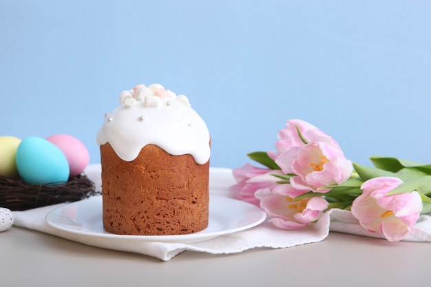 テーブルの上の伝統的なイースターケーキイースターのための伝統的な御馳走