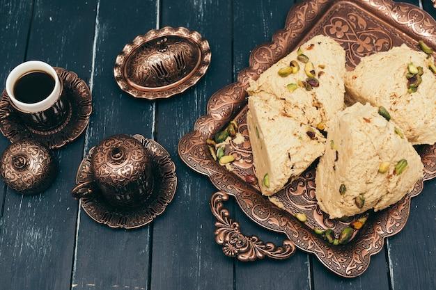 木製の表面に伝統的な東部のデザート