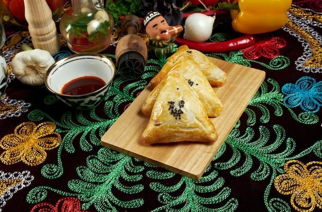 전통적인 동부 음식 삼사 우즈벡 요리