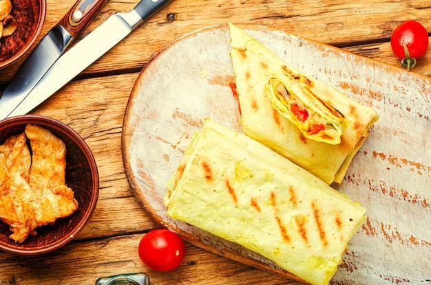 Традиционная восточная шаурма с курицей, сыром и грибами