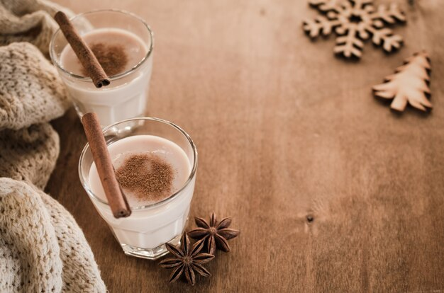Традиционный eggnog коктейль в канун рождества.