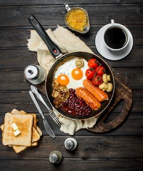 Традиционный английский завтрак с разнообразными блюдами и ароматным кофе. на деревянной поверхности.