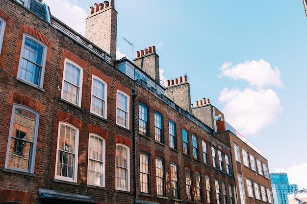 ロンドンの伝統的な英国の住居-クールな青写真。高品質の写真
