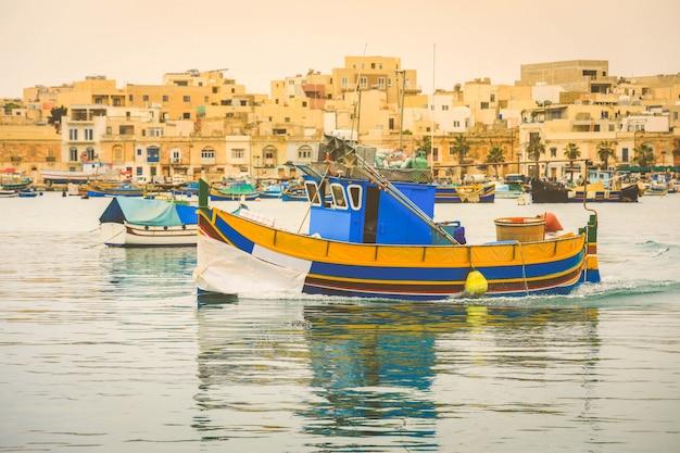 漁村の港で伝統的な目をしたカラフルなボート