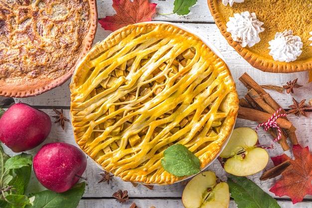 伝統的な秋のベーキング。アメリカとヨーロッパの伝統的な秋冬のケーキ-カボチャ、ピーカン、リンゴ