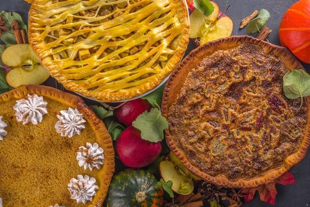 전통적인 가을 제빵. 미국과 유럽의 전통적인 가을 겨울 케이크-호박, 피칸, 사과