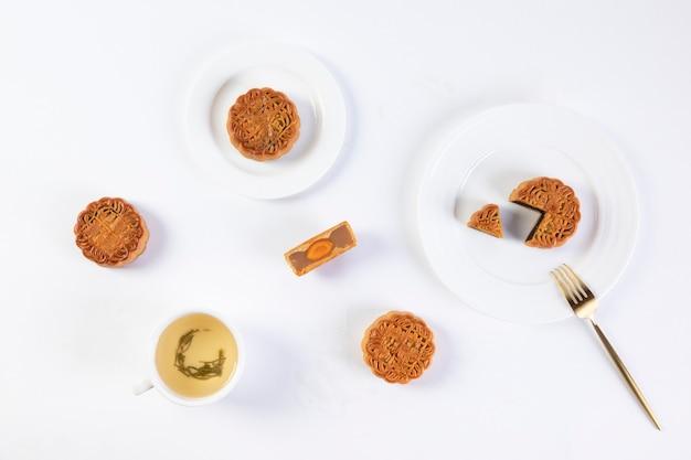 皿の上の伝統的なお祭りの月餅