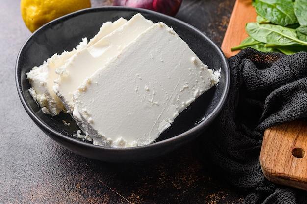 검은 그릇에 전통적인 페타 치즈
