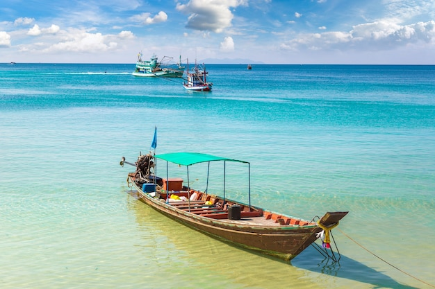 Традиционная рыбацкая лодка на острове ко панган, таиланд