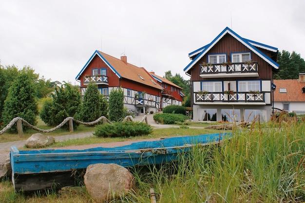 리투아니아 nida에있는 전통적인 어부의 집. nida는 리투아니아의 curonian spit에있는 휴양지입니다.