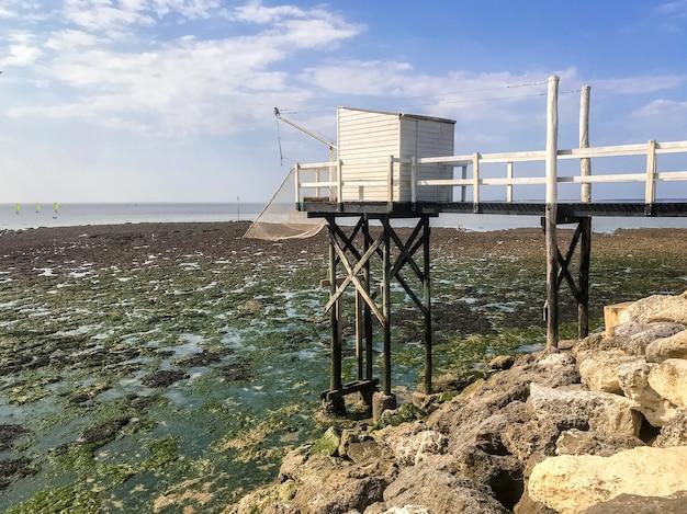 フランス、サンジョルジュドディドンヌの伝統的な釣り小屋と網-敷き網-