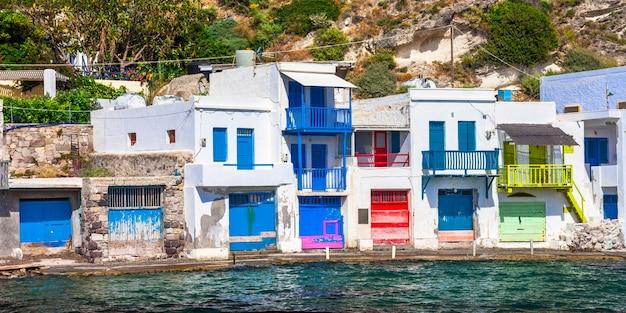 カラフルなドアのある伝統的な漁村