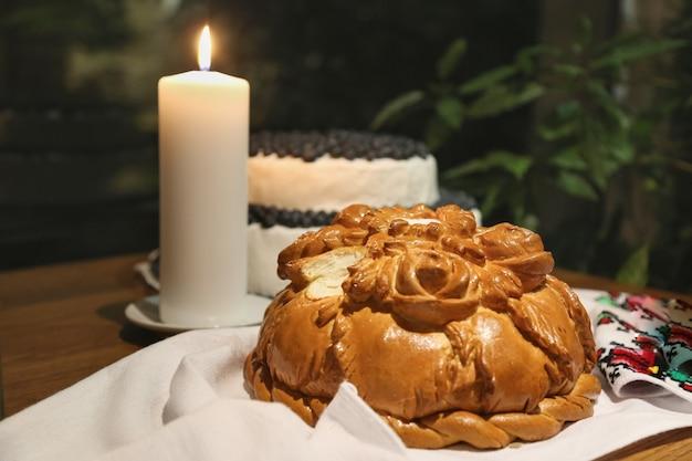 Традиционная еда и декор для украинской свадебной церемонии коровой традиционный хлеб