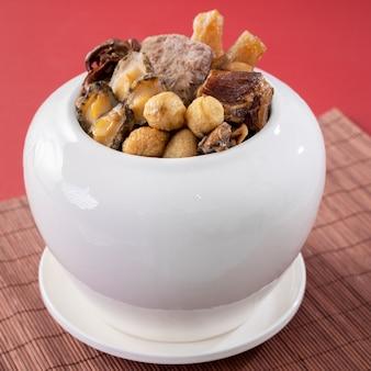 中国の旧正月の伝統的な食べ物、仏は赤にジャンプします