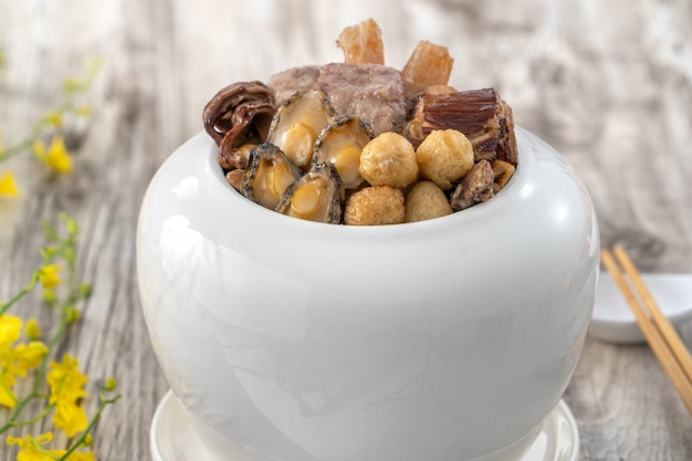 中国の旧正月の伝統的な食べ物、仏陀が壁を飛び越え、中国のスープキャセロール料理、fo tiaoqiangという名前の仏の誘惑がクローズアップします。