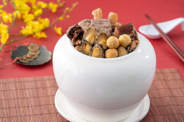 Традиционная еда китайского лунного нового года по имени фо тяо цян