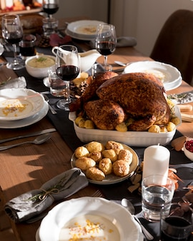 テーブルの上の感謝祭の日に提供される伝統的な料理