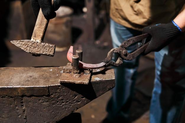アンビルでの溶銑ビレットの伝統的な鍛造