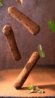 전통적인 프랑스 디저트. 초콜릿을 입힌 에클 레어.