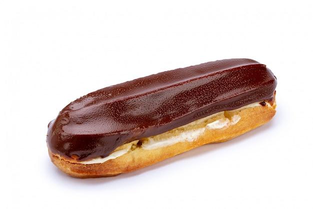 伝統的なフランスのデザート。白い背景の上のカスタードとチョコレートのアイシングで孤立したエクレア