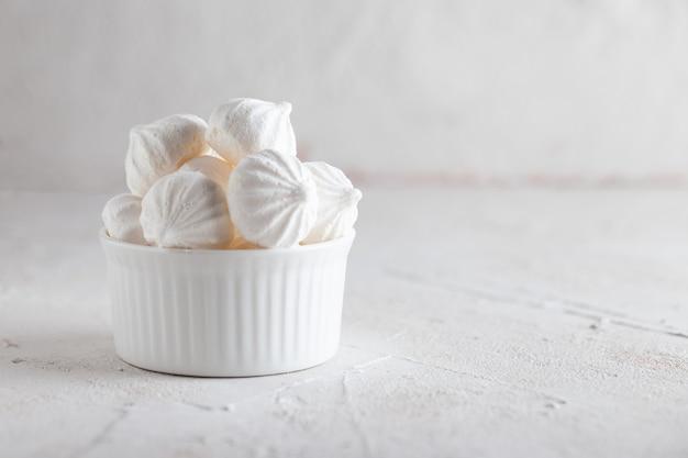 伝統的なフランスのデザートメレンゲ。