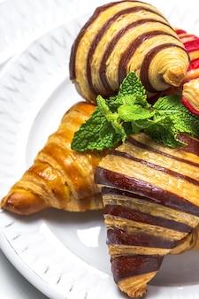 Традиционные французские домашние круассаны с клубникой, шоколадом и ванилью, свежеиспеченные