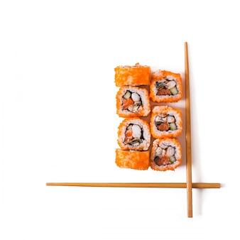 전통적인 신선한 일본 스시 롤에 고립 된 흰색 배경. 평면도