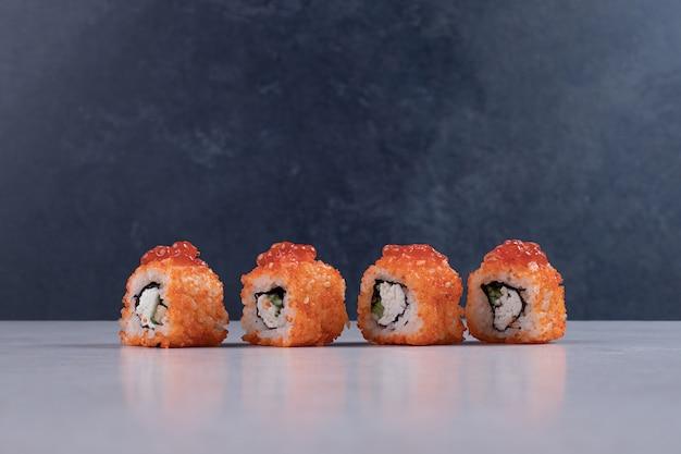 白い背景に伝統的な新鮮な巻き寿司。