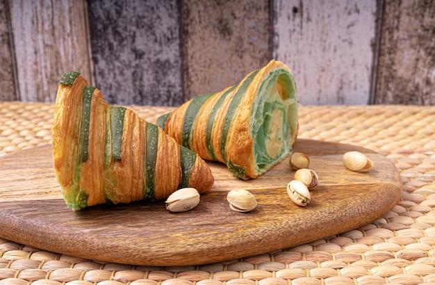 ピスタチオクリームを詰めた伝統的な焼きたてのクロワッサン