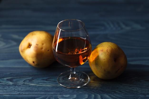 Традиционный фруктовый бренди и груши на деревянном столе