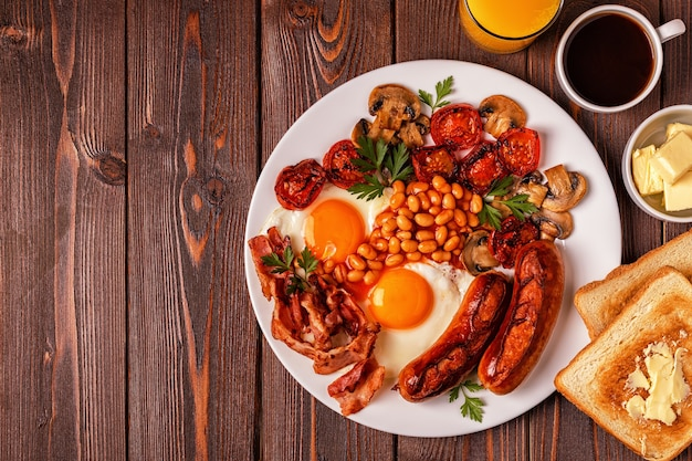 달걀 프라이, 소시지, 콩, 버섯으로 구성된 전통적인 영국식 조식 정식