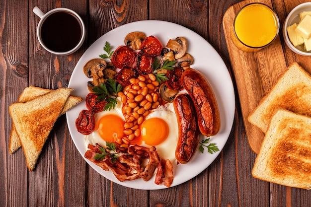 Традиционный полный английский завтрак с яичницей