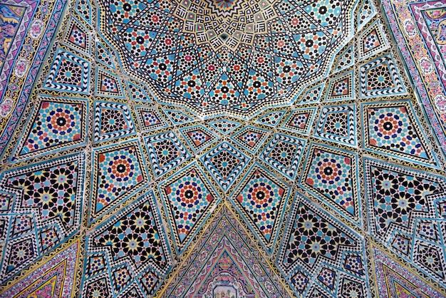 イランのモスクの天井にある伝統的な幾何学的な東洋の装飾