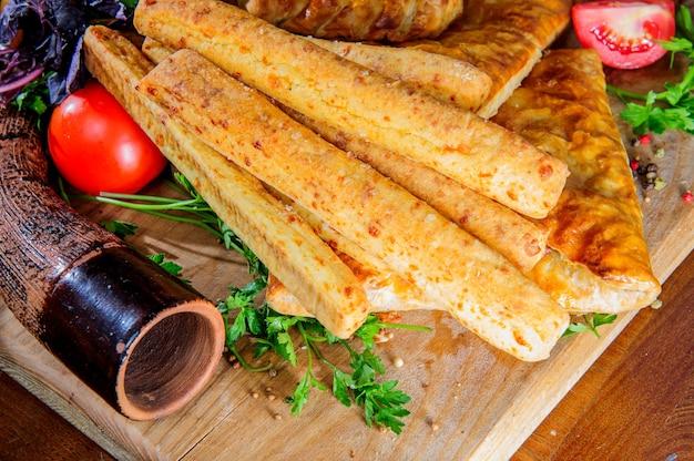 Традиционные грузинские аджарские хачапури и колхские хачапури на столе. ассорти из георгиевского хлеба.