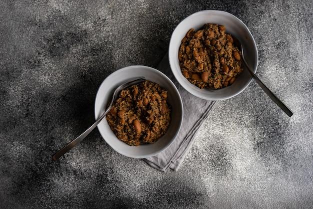 伝統的なグルジアの豆料理-クルミとロビオ、石の上にモダンな質感のセラミックボウルで提供