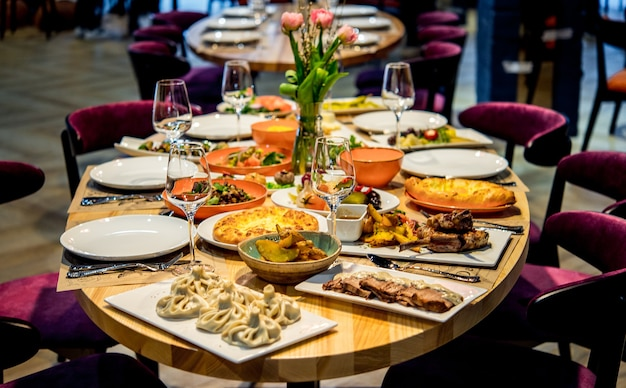 伝統的なグルジア料理と料理-ヒンカリ、チャホクビリ、ファリ、ロビオ、地元のソース