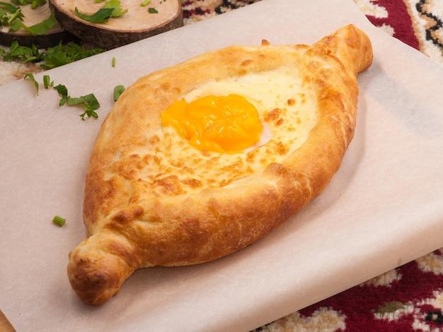 전통적인 그루지야 요리 맛있는 khachapuri adjara with egg