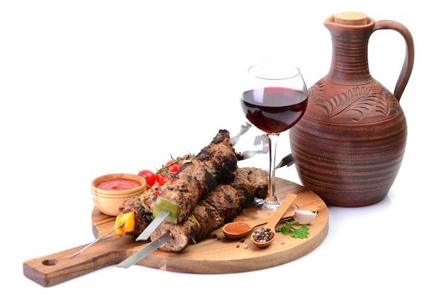 グルジアの伝統的なドリンクワインとケバブ