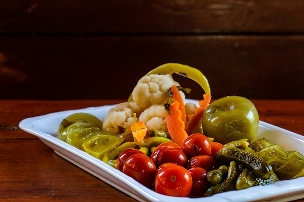 伝統的なグルジアの発酵野菜をお皿に盛り付けます