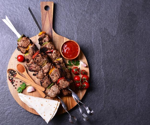 Традиционный грузинский кебаб со специями и овощами