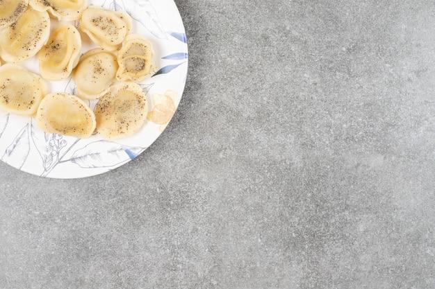 전통적인 그루지야 식 식사. 접시에 만든 khinkal. 확대.