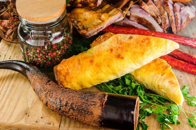 Традиционные грузинские мясные блюда на деревянных фоне.
