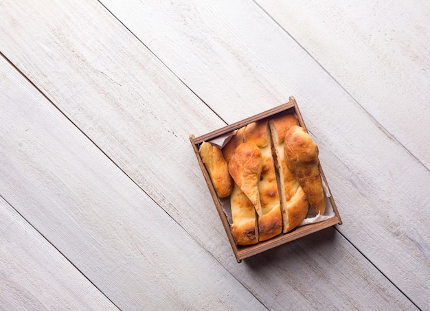白い木製の表面に伝統的なグルジアショティパン