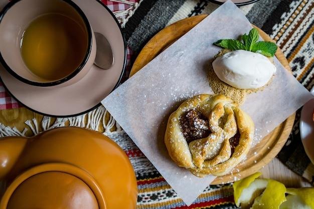 ヘーゼルナッツ、クルミ、グレープジュース、蜂蜜、チョコレートを使った伝統的なジョージ王朝様式のスイーツとデザート。バクラヴァ、ナキニ、チュルチヘラ。新鮮な果物と砂糖漬けの果物。伝統的なトルココーヒー。