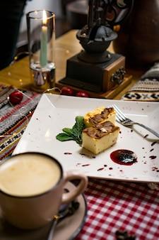 헤이즐넛, 호두, 포도 주스, 꿀, 초콜릿을 곁들인 전통적인 조지아 식 과자 및 디저트. 바클 라바, 나 키니, 교회 켈라. 신선한 과일과 설탕에 절인 과일. 전통적인 터키 커피.
