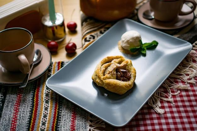 헤이즐넛, 호두, 포도 주스, 꿀, 초콜릿을 곁들인 전통적인 조지아 식 과자 및 디저트