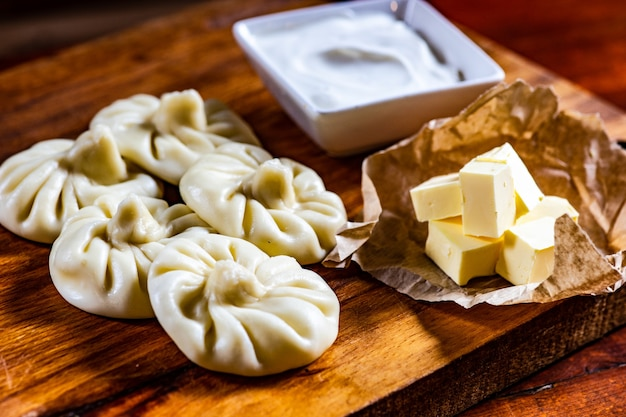 伝統的なグルジアのベジタリアンポテト餃子ヒンカリはコショウと一緒に食べるのに役立ちました