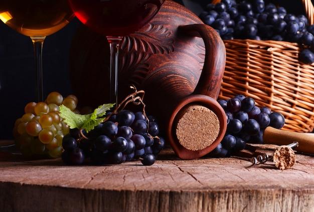 안경에 전통적인 그루지야 와인