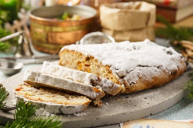 전통적인 독일 stollen, 설탕에 절인 과일과 함께 달콤한 빵